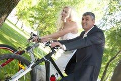 Jungvermähltenpaar-Reitfahrrad Lizenzfreie Stockfotografie