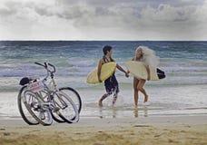 Jungvermähltenpaare auf dem Strand Lizenzfreie Stockfotos