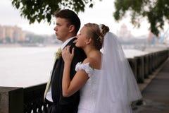 Jungvermähltenpaare auf Hochzeitstag Stockbild