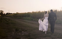 Jungvermähltenpaare bei Sonnenuntergang lizenzfreies stockbild