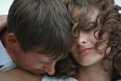 Jungvermähltenpaare in der Liebe lizenzfreie stockfotografie