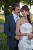 Jungvermähltenpaare, die Spaß haben Stockfoto
