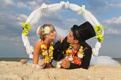 Jungvermähltenpaare in hawaiischem Hula Stockfotos