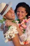 Jungvermähltenpaare in hawaiischem Hula Stockbild
