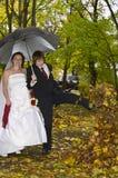Jungvermähltenpaare im Herbstpark Lizenzfreie Stockfotos
