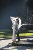Jungvermähltenpaare in Prag am Gesangbrunnen Stockfotografie