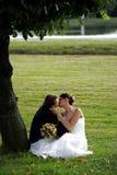 Jungvermähltenpaare beim Liebesküssen Lizenzfreie Stockfotografie
