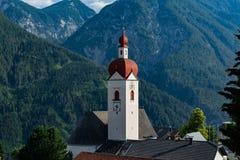 30. Juni 2018: Ansicht des kleinen Dorfs von Assling Tirol Regio lizenzfreie stockfotografie