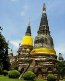 Juni 2011 Ayutthaya, Thailand - buddistisk tempel med den gula torkduken som smyckar stauesna royaltyfri fotografi