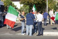 11. Juni 2015 Bürgerprotest gegen die Zigeuner und den Bürgermeister Schöne alte Fenster in Rom (Italien) Lizenzfreie Stockfotos