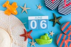 6 juni Beeld van 6 juni kalender op blauwe achtergrond met de zomerstrand, reizigersuitrusting en toebehoren Boom op gebied Royalty-vrije Stock Foto