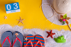3 juni Beeld van 3 juni kalender op gele zandige achtergrond met de zomerstrand, reizigersuitrusting en toebehoren Royalty-vrije Stock Afbeeldingen