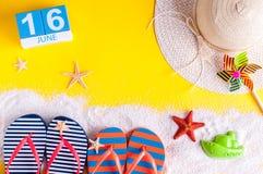 16 juni Beeld van 16 juni kalender op gele zandige achtergrond met de zomerstrand, reizigersuitrusting en toebehoren Stock Foto