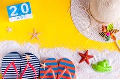 20 juni Beeld van 20 juni kalender op gele zandige achtergrond met de zomerstrand, reizigersuitrusting en toebehoren Stock Foto's