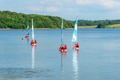 19 Juni, 2015, Bewl vatten, UK, barn som seglar på behållarsjön Fotografering för Bildbyråer