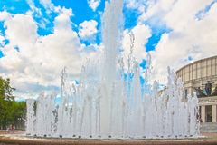 24. Juni 2015: Brunnen nahe Opern-Theater, Minsk Stockfotos