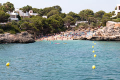 Juni 16, 2017, Cala Ego's, Mallorca, Spanje - mening van het strand en zijn omgeving stock afbeeldingen