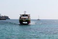 16 juni, 2017, Cala Marcal, Mallorca, Spanje - Zeester van de overzeese de rit avonturenboot het aankomen Royalty-vrije Stock Afbeeldingen