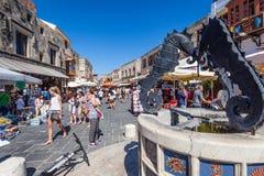 10 JUNI 2015 Central gata av den Rhodes staden rhodes för forntida stadsdaggreece liggande solig vägg Arkivbild