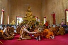 24 juni 2018: Chonburi, Thailand: Boeddhistische monniksordening Stock Afbeeldingen