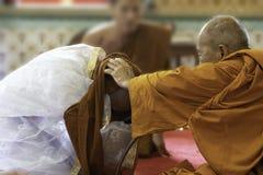 24 juni 2018: Chonburi, Thailand: Een oude priester gaf een monniksrobe Royalty-vrije Stock Afbeelding