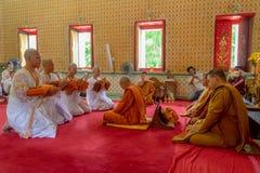 24 juni 2018: Chonburi, Thailand: Nieuwe Boeddhistische monniksordening Stock Afbeelding