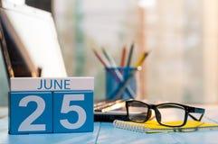 25 juni Dag 25 van maand, houten kleurenkalender op de achtergrond van de hipsterwerkplaats Jonge volwassenen Lege ruimte voor te Stock Foto's