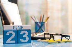 23 juni Dag 23 van maand, houten kleurenkalender op de achtergrond van het wetsbureau Jonge volwassenen Lege ruimte voor tekst De Stock Fotografie