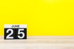 25 juni Dag 25 van maand, kalender op gele achtergrond Boom op gebied Lege ruimte voor tekst De idylle van de zomer Stock Foto