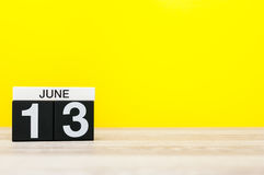 13 juni Dag 13 van maand, kalender op gele achtergrond Boom op gebied Lege ruimte voor tekst De idylle van de zomer Brei wereldwi Royalty-vrije Stock Foto