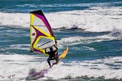 Juni 6, 2019 Davenport/CA/de V.S. - Mens het windsurfing in de Vreedzame Oceaan, dichtbij Santa Cruz, op een zonnige en warme dag royalty-vrije stock foto's