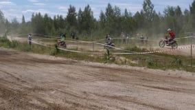 10 juni, de Russische Federatie van 2018, Bryansk-gebied, Ivot - Extreme sporten, dwarsmotocross De motorrijder gaat in stock videobeelden