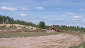 10 juni, de Russische Federatie van 2018, Bryansk-gebied, Ivot - Extreme sporten, dwarsmotocross De motorrijder gaat in stock video