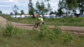 10 juni, de Russische Federatie van 2018, Bryansk-gebied, Ivot - Extreme sporten, dwarsmotocross De motorrijder gaat in stock footage