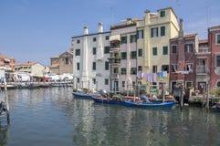 15 juni, de Zonnige dag van 2017 in Chioggia, manier om intern van het water, visserijhuisvesting in flatgebouw met vissersboten  Royalty-vrije Stock Fotografie