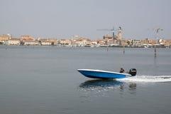 15 juni, de Zonnige dag van 2017 in Chioggia tijdens toeristisch seizoen, scène met blauwe motorboot Stock Foto's