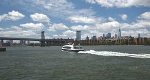 Juni 27, 2018, Eastet River, New York City, New York stat En ny East River färja bär passageraresöder in mot Williamsben arkivfoto