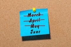 Juni - erster Sommermonatsanfang Heraus gekreuzt März, steckten April und Mai monthes am blauen Aufkleber zur Anschlagtafel fest Lizenzfreie Stockfotos