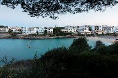 16 juni, 2017, Felanitx, Spanje - mening van Cala Marcal strand bij zonsondergang zonder enige mensen stock foto