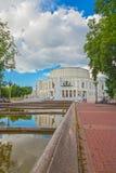 24 juni, 2015: Fontein dichtbij Operatheater, Minsk Stock Foto