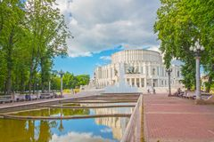 24 juni, 2015: Fontein dichtbij Operatheater, Minsk Stock Afbeelding