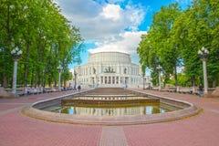 24 juni, 2015: Fontein dichtbij Operatheater, Minsk Stock Foto's