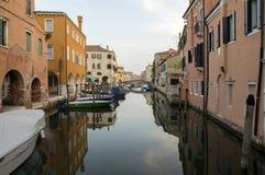 15. Juni 2017 früher Abend in Chioggia-Straßen, romantische Szene mit Kanal, Boote, alte historische Gebäude Stockfotografie