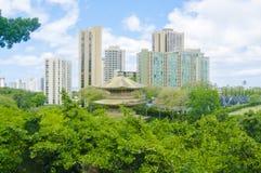 Juni 2012 - hawaiische Pagode zwischen Wolkenkratzern Hawaii Oahu Vereinigte Staaten Der Standort dieser alten Pagode ist nahe de Lizenzfreie Stockfotografie