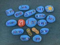 21 Juni i många språk på stenar Arkivfoton