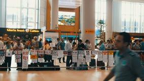 10 juni, 2019 - Istanboel, Turkije: de partij van mensen ontmoet het aankomen bij de nieuwe luchthaven van Istanboel, één van het stock video