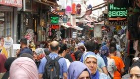 12 juni, 2019 - Istanboel, Turkije: Een menigte van moslimmensen die tussen rijen van tenten met goederen in markt lopen stock video