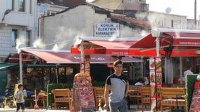 11 juni, 2019 - Istanboel, Turkije: Een straatrestaurant van Turkse keuken op dak waarvan dampenstoom stock footage