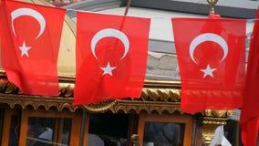 11 juni, 2019 - Istanboel, Turkije: Turkse Nationale vlaggolven in de wind tegen hemel in Eminonu-Pijler stock footage