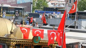 11 juni, 2019 - Istanboel, Turkije: Turkse Nationale vlaggolven in de wind tegen hemel in Eminonu-Pijler stock videobeelden
